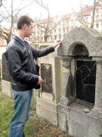Jon at Josef Kalfus grave, Jewish cemetery, Leipzig